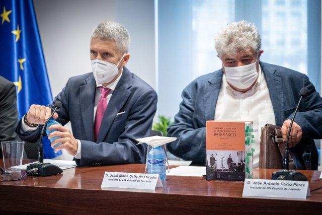 (I-D) El ministro de Interior, Fernando Grande-Marlaska, y el representante del Instituto Foronda, José María Ortiz de Orruño en la sede del Centro Memorial en Vitoria, a 5 de julio de 2021, en Vitoria, País Vasco