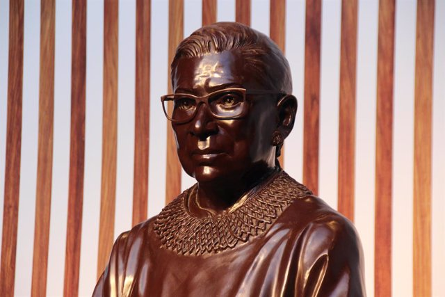 Archivo - 12 March 2021, US, New York: A bronze statue, by artists Gillie and Marc Schattner, of the late US Supreme Court Justice Ruth Bader Ginsburg can be seen at City Point in Brooklyn. Photo: Christina Horsten/dpa - ATTENTION: editorial use only in c