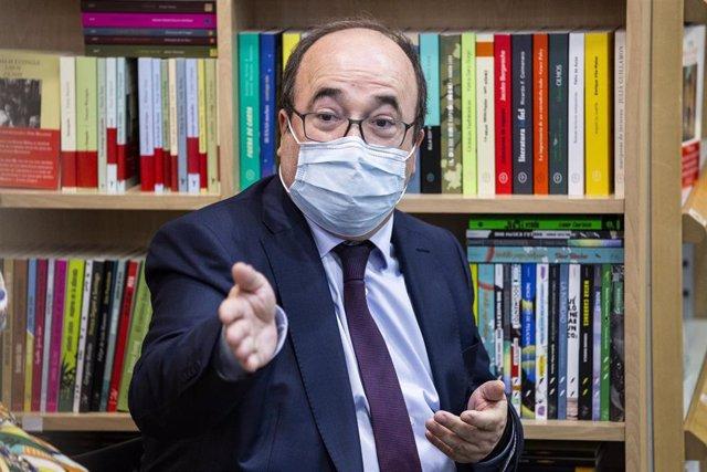 El ministro de Política Territorial y Función Pública, Miquel Iceta, asiste a la presentación del libro 'Relatos de la gente buena', obra coral en la que él ha participado, a 29 de junio de 2021, en Madrid, (España). La Fundación Crisálida -Fundación de O