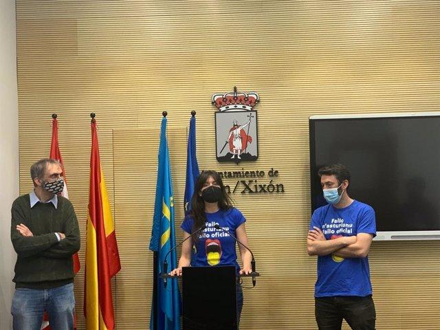 Archivo - La portavoz de Podemos-Equo Xixón, Laura Tuero, junto a otros representantes del grupo municipal