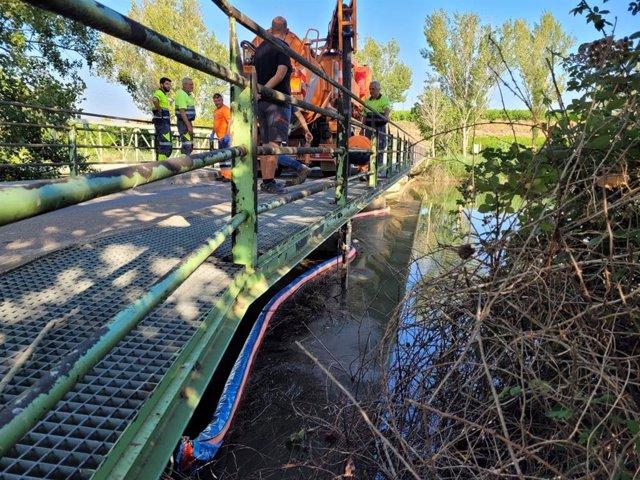 La ACA y agentes rurales investigan el vertido de hidrocarburos en Lleida.