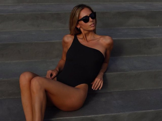 Lucía Bárcena apuesta por un bañador negro de corte asimétrico