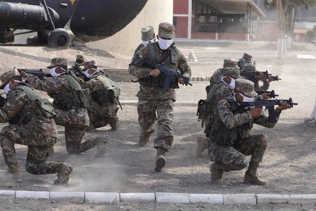 Archivo - Maniobras de entrenamiento del Ejército de Perú.