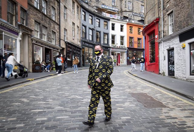 Archivo - 22 September 2020, Scotland, Edinburgh: A man wearing a Batman suit and a protective face mask walks down Victoria Street in Edinburgh city centre, after First Minister Nicola Sturgeon announced a range of new measures to combat the rise in coro
