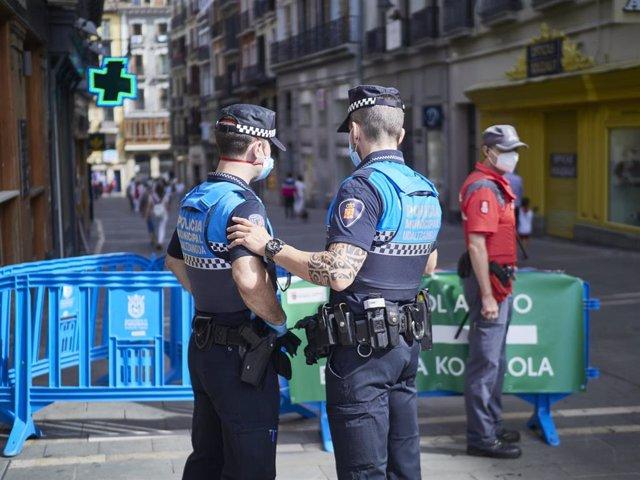 Archivo - Agentes de la Policía Municipal controlan la afluencia de gente el año pasado en el momento en el que de celebrarse los Sanfermines 2020 hubiera tenido lugar elchupinazo, en Pamplona, Navarra (España).
