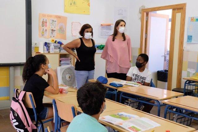 La delegada de Educación, Mercedes García Paine, visita uno de los centros educativos del Programa de Refuerzo Estival