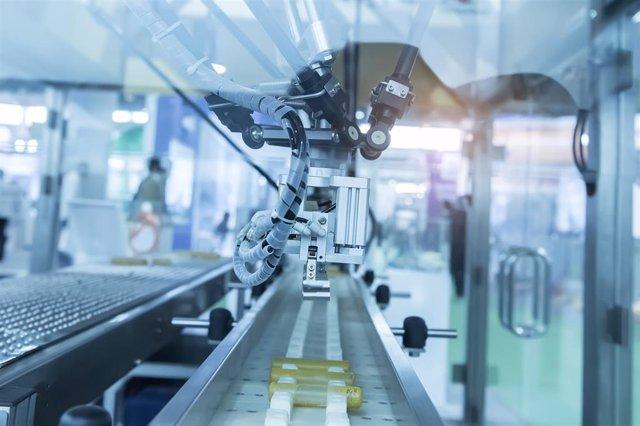 Archivo - Robot industrial con transportador en una factoría de manufactura
