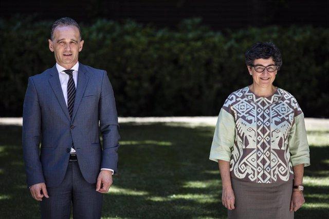 La ministra de Asuntos Exteriores, UE y Cooperación, Arancha González Laya, posa junto a su homólogo de Alemania, Heiko Maas