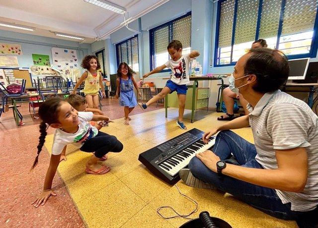 Niños disfrutando en el taller de música de la Fundación Barenboim-Said