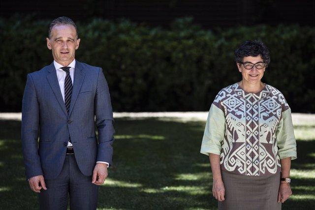 La ministra de Asuntos Exteriores, UE y Cooperación, Arancha González Laya (d), posa junto a su homólogo de Alemania, Heiko Maas (i), a su llegada a la reunión ministerial de la Iniciativa de Estocolmo para el Desarme Nuclear, a 5 de julio de 2021, en el