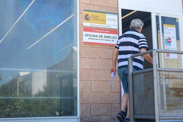 Una persona entra a una oficina del SEPE (antiguo INEM), el día en el que se han conocido los datos de paro de junio, a 2 de julio de 2021, en Madrid (España). Junio ha sido el segundo mes consecutivo en el que el paro ha registrado récord de descensos. E