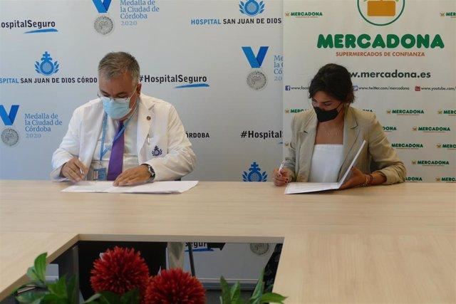 Firma del convenio entre Isidoro de Santiado y Laura Cruz.