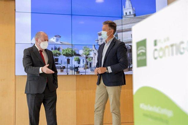 Archivo - El presidente de la Diputación de Sevilla, Fernando Rodríguez Villalobos, y el alcalde de Salteras, Antonio Valverde, durante la entrevista por el 'Plan Contigo'.
