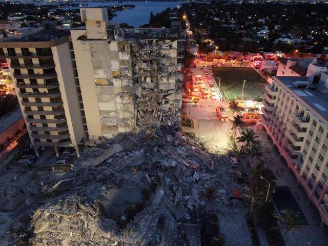 Imagen de archivo del derrumbe de un edificio en Miami.