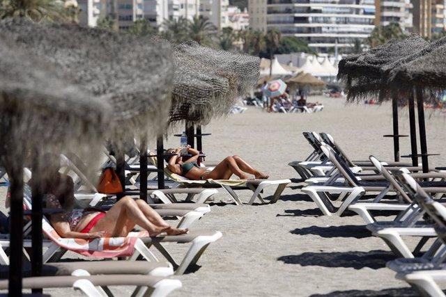 Archivo - Bañistas disfrutan de la playa de La Malagueta, donde Málaga y provincia está en aviso naranja por altas temperaturas. En Málaga (Andalucía, España), a 28 de agosto de 2020.