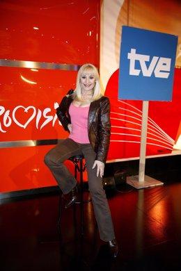 Archivo - La cantante Rafaella Carrà posando para una fotografía en 2008