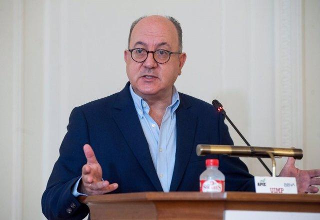 Jose María Roldán, presidente de la Asociación Española de Banca (AEB), durante su intervención en el curso de economía organizado por la APIE en la UIMP de Santander.