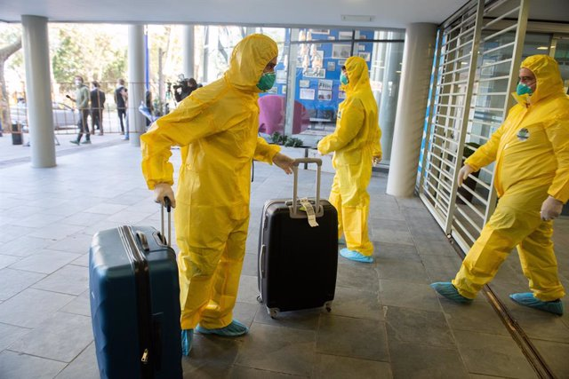 """Archivo - 12 May 2020, Uruguay, Montevideo: Members of the crew of the Australian cruise ship """"Greg Mortimer"""", which had numerous coronavirus-infected people on board, arrive at the Regency Way Hotel.  The crew of the coronavirus-stricken cruise ship Greg"""