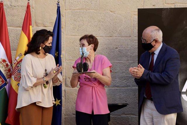 La exdirectora del Archivo Provincial Micaela Pérez recibe el galardón de las Artes y la Cultura de La Rioja de manos de la presidenta riojana, Concha Andreu, y en presencia del consejero de Cultura