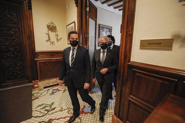 El alcalde de Granada, Luis Salvador (i), junto al  teniente de alcalde, José Antonio Huertas. a su llegada a la rueda de prensa, en el Ayuntamiento de Granada, A 01 de julio de 2021 (Andalucía, España).