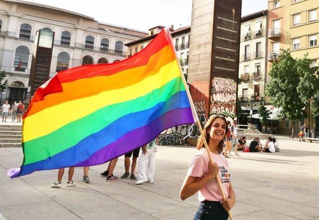 La portavoz de Más Madrid en el Ayuntamiento, Rita Maestre, con una bandera arcoíris