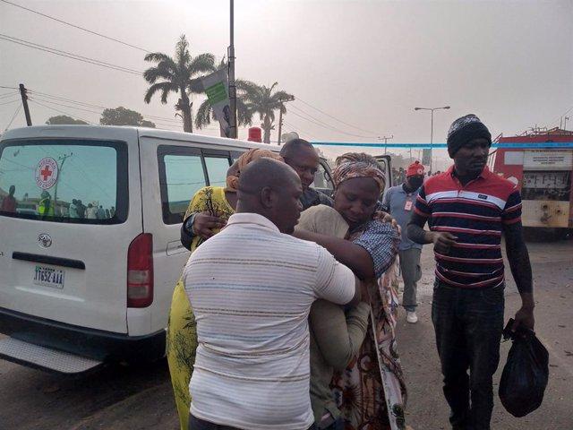 Familias junto a una ambulancia en Kaduna, Nigeria