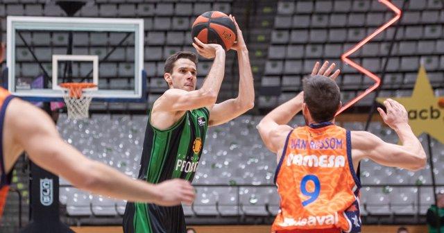 El jugador español Xabi López-Arostegui (con el balón) en un partido con el Club Joventut Badalona contra el Valencia Basket, su nuevo equipo a partir de la temporada 2021/22