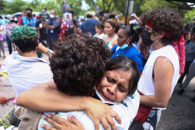 05 July 2021, Honduras, Tegucigalpa: People hug and cry outside the Palace of Justice after the verdict was announced in the murder of environmental activist Berta Caceres. Caceres, 44, who campaigned for the rights of Lenca indigenous people, was shot de
