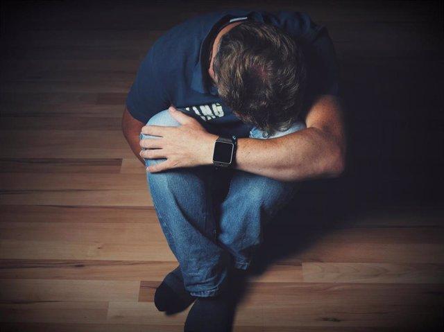 Archivo - Depresión, hombre deprimido