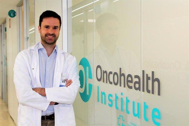 Archivo - El doctor Yann Izarzugaza Peron, médico adjunto del Servicio de Oncología Médica de la Fundación Jiménez Díaz y especialista de OncoHealth