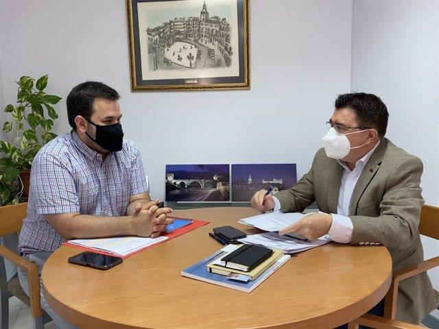 El concejal del Educación y Cultura, Teo García, se ha reunido este martes con el responsable de las salas de cine del Centro Comercial 'Luz del Tajo', Miguel González,