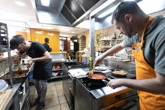 Archivo - Varios cocineros preparan guisos en un local de Vitoria