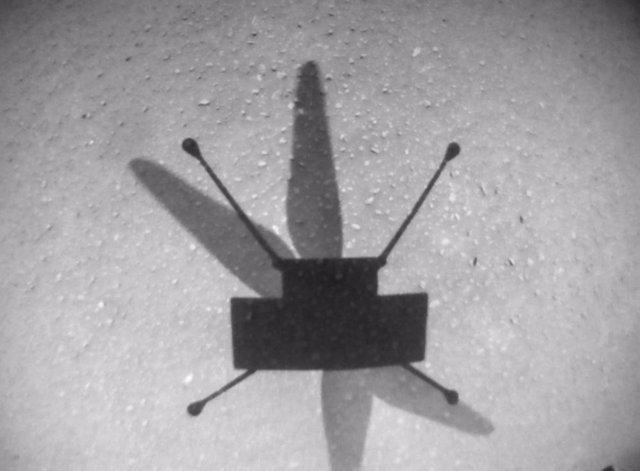 Imagen de la sombra de Ingenuity en el suelo marciano durante el noveno vuelo