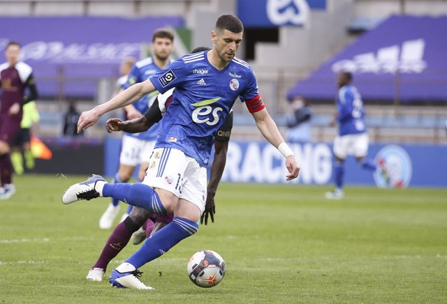 Archivo - Stefan Mitrovic of Strasbourg during the French championship Ligue 1 football match between RC Strasbourg Alsace (RCSA) and Paris Saint-Germain (PSG) on April 10, 2021 at La Meinau stadium in Strasbourg, France - Photo Jean Catuffe / DPPI