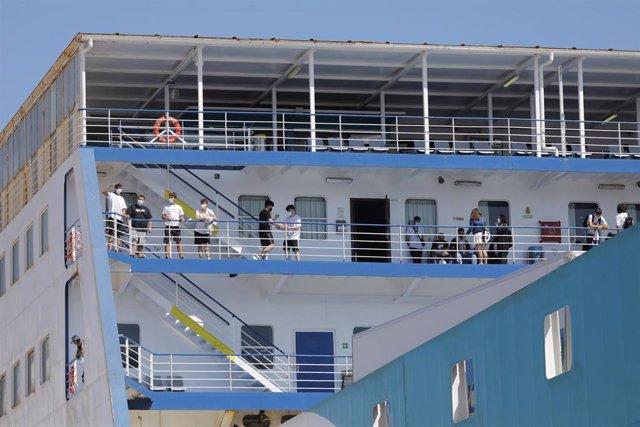Llegada al puerto de Valencia del ferry donde viajaban 165 de los jóvenes que han estado confinados en el 'hotel puente' Palma Bellver de Palma de Mallorca por un 'macrobrote' de coronavirus