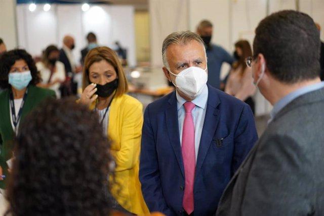 El presidente de Canarias, Ángel Víctor Torres, en una visita a un centro de vacunación en Tenerife