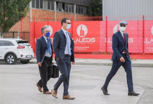 Los mossos Carlos de Pedro (2i) y Xavier Goicoechea (d) a su llegada a la Audiencia Nacional para declarar en el juicio por ir con el expresidente de la Generalitat Carles Puigdemont en el momento de su detención en Alemania, a 6 de julio de 2021, en San