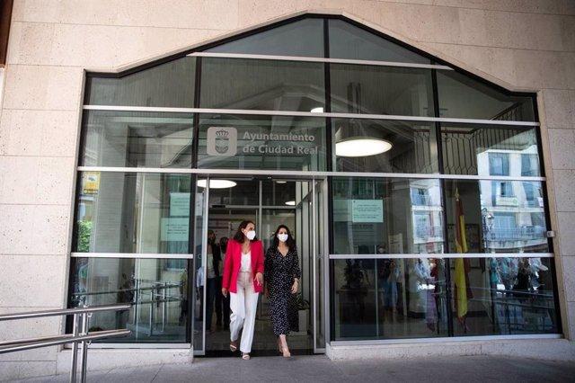 La presidenta de Ciudadanos (Cs), Inés Arrimadas, junto a la alcaldesa de Ciudad Real, Eva María Masías,