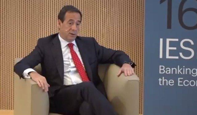 El consejero delegado de CaixaBank, Gonzalo Gortázar, en el '16 Encuentro del sector bancario' organizado por IESE y EY. Captura de pantalla de Zoom.