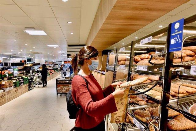 Archivo - Cliente comprando pan en un supermercado de Lidl