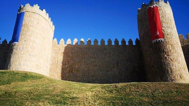 Pruebas de nuevos pendones en la muralla de Ávila.