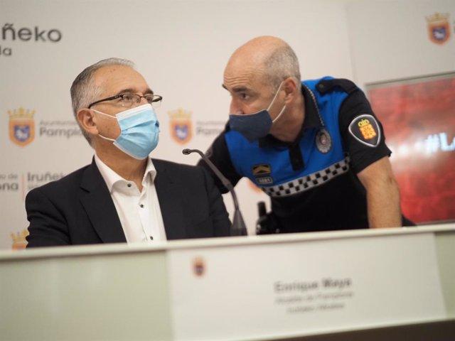El alcalde de Pamplona, Enrique Maya, con el jefe de Policía Municipal de Pamplona, Javier Goya, este 6 de julio de 2021, día en el que deberían haber comenzado los Sanfermines, suspendidos por la pandemia.