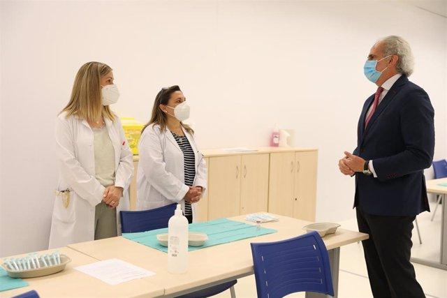 El consejero de Sanidad de la Comunidad de Madrid, Enrique Ruiz Escudero, conversa con dos enfermeras en el punto de vacunación contra el Covid-19 dirigido a la población general puesto en marcha por El Corte Inglés