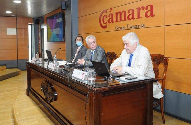 El presidente de la Cámara de Comercio de Gran Canaria, José Sánchez Tinoco , junto al presidente de COFIDES, José Luis Curbelo,