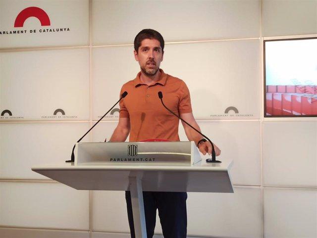 El diputado de los comuns en el Parlament David Cid en rueda de prensa.
