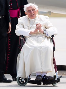 Archivo - FILED - 22 June 2020, Bavaria, Freising: The emeritus Pope Benedict XVI arrives at Munich Airport. Benedict XVI has become very weak physically and his forces have dwindled, his private secretary Archbishop Georg Gaenswein told the Vatican News