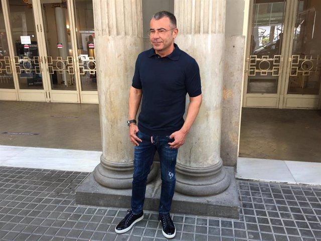 El comunicador Jorge Javier Vázquez, ante el Teatre Tívoli de Barcelona