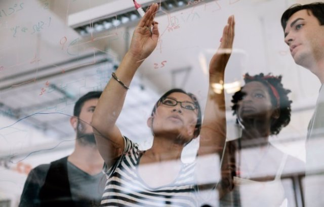 Trabajadores de HP dentro de la estrategia sostenible de la empresa.