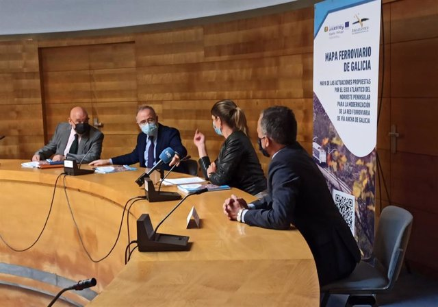 Rueda de prensa del Eixo Atlántico con Xoán Vázquez Mao, Xóse Sánchez Bugallo, Lara Méndez y Agustín Hernández