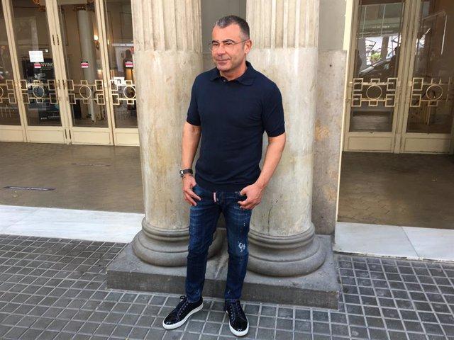 El comunicador Jorge Javier Vázquez, davant el Teatre Tívoli de Barcelona